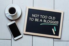 Tafelkonzept sagend nicht zu alt, ein Blogger zu sein Lizenzfreies Stockbild