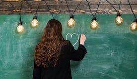 Tafelkopienraum Blondine nahe Tafel Erster Schultag Zur?ck zu Schule und Hausunterricht Pupillen an einer Zeremonie mit Blumen stockfoto