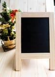 Tafelzeichen mit Weihnachtsdekorationen stockfotografie