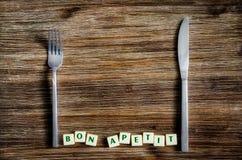 Tafelzilver op het de uitstekende lijst en teken van Bon apetit Stock Afbeelding