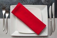 Tafelzilver op rood servet royalty-vrije stock afbeeldingen