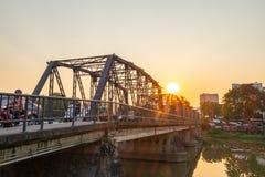 Taffic sur le pont en fer photographie stock libre de droits