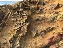 Tafoni岩石在沿海加利福尼亚,豆空心国家海滩 库存照片