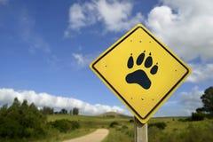 Tafsar det djura begreppet för djurliv med symbolen på vägmärke Arkivbild