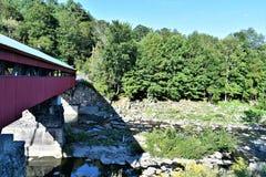Taftsville被遮盖的桥在Taftsville村庄在伍德斯托克,温莎县,佛蒙特,美国镇  库存照片