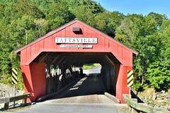 Taftsville被遮盖的桥在Taftsville村庄在伍德斯托克,温莎县,佛蒙特,美国镇  免版税图库摄影