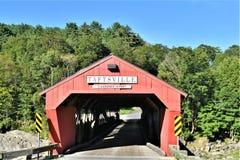 红色Taftsville被遮盖的桥在Taftsville村庄在伍德斯托克,温莎县,佛蒙特,美国镇  免版税库存照片