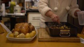 Tag der Danksagungs-4K die tipical köstliche Türkei vorbereitend, die im Ofen kocht stock footage
