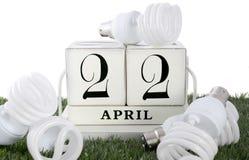 Tag der Erde am 22. April Konzept mit energiesparenden Glühlampen Stockbilder