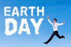 Tag der Erde-Text und -geschäftsmann Stockbild