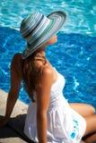 Tag der Freizeit durch das Pool Stockbild
