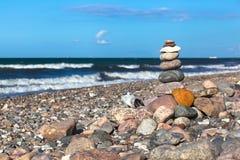 Tag der Harmonie an der natürlichen steinigen Küste stockbild