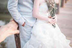 Tag der Liebe der jungen Hand mit dem Herzen von zwei Leuten Lizenzfreies Stockbild