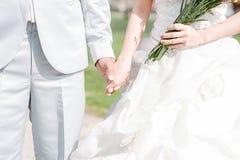 Tag der Liebe der jungen Hand mit dem Herzen von zwei Leuten Stockfoto