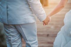 Tag der Liebe der jungen Hand mit dem Herzen von zwei Leuten Stockbilder