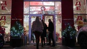 Tag der offenen Tür, tragen reiche Leute AutoVerkaufszentrum am Abendereignis ein stock video footage
