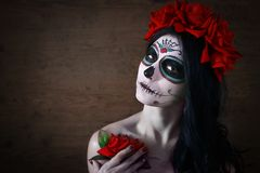 Tag der Toten Halloween Junge Frau am Tag der toten Maskenschädel-Gesichtskunst und stieg Dunkler Hintergrund lizenzfreie stockfotografie