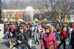 Tag des April-Dummkopfs: Leute haben Spaß innen in die Stadt Stockfotografie