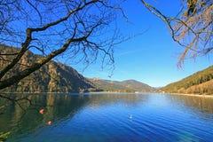 Tag des guten Wetters mit blauem Himmel am Achensee See während des winte Stockfotografie