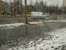 Tag des regnerischen Winters in der Stadt, Ansicht durch ein nass Fenster zur Straße stockfoto