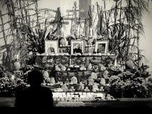 Tag des toten Altars mit pan de Muerto und Kerzen Stockbilder