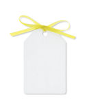 Tag do presente amarrado com a fita amarela com trajeto de grampeamento Imagens de Stock Royalty Free