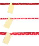 Tag do presente amarrado com a fita vermelha do cetim fotos de stock royalty free