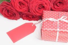 Tag, Geschenkbox und Rosen auf Weiß Lizenzfreie Stockfotos