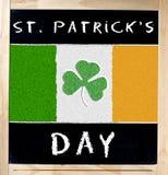 Tag Heiligen Patrick s und irische Flagge auf Tafel Stockbilder