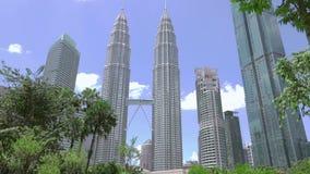 Tag im Park nahe Petronas-Twin Towern Wolken bewegen sich nah an der Gebirgsspitze stock video footage