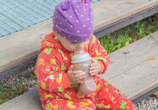 Tag mit einer Flasche Säuglingsnahrung Lizenzfreies Stockbild