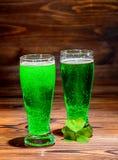 Tag St. Patricks mit Gläsern grünem Bier, Blattklee auf vinta Lizenzfreie Stockfotografie