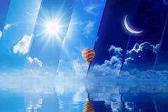 Tag und Nacht Sonne und Mond, Heißluftballonfliege über Meer Lizenzfreies Stockbild