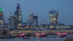 Tag zum Nachtzeit-Versehen der Stadt von London stock video
