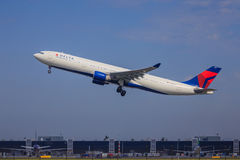 Tagande-av för deltaflygbuss A330 Arkivfoto