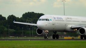 Tagande-av och klättring för Air Astana flygbuss 321 lager videofilmer