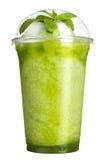 Tagande-bortdrink Uppfriskande drink i en plast- kopp Gröna smoothies med smak av kiwin och mintkaramellen royaltyfri foto