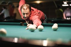 Tagande för en pölspelare siktar på bollen royaltyfri fotografi