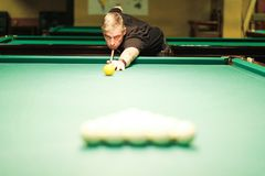 Tagande för en pölspelare siktar på bollen royaltyfri foto