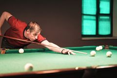 Tagande för en pölspelare siktar på bollen fotografering för bildbyråer