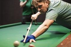 Tagande för en pölspelare siktar på bollen arkivfoto