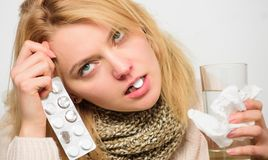 Tagandeläkarbehandlingar som blir av med förkylning Anvisningar för behandling av förkylning Flickaminnestavla i mundrinkvatten H fotografering för bildbyråer