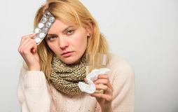 Tagandeläkarbehandlingar som förminskar feber Kvinna rufsad till blåsa för minnestavlor för hårhalsdukhåll Anvisningar för behand arkivfoton