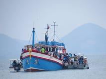 Tagandet turnerar för att flytta sig i exponeringsglas-bottnat fartyg till kusten Fotografering för Bildbyråer
