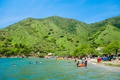 TAGANGA,哥伦比亚- 2017年10月19日:美丽的加勒比海滩的未认出的游人在一美丽晴朗期间 免版税库存照片