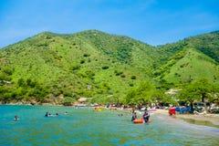 TAGANGA,哥伦比亚- 2017年10月19日:美丽的加勒比海滩的未认出的游人在一美丽晴朗期间 库存照片
