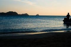 TAGANGA, ΚΟΛΟΜΒΙΑ - 19 ΟΚΤΩΒΡΊΟΥ 2017: Σκιά της μη αναγνωρισμένης ομάδας ανθρώπων μέσα μιας βάρκας κατά τη διάρκεια ενός ηλιοβασι Στοκ Εικόνα