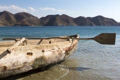 在Taganga海滩的老木渔船  库存照片