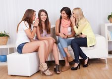 Tagarelice de quatro mulheres fotos de stock