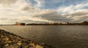 Tagarepråm på Delawaret River, DE, USA Beskåda långt Arkivbild